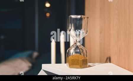 Dans le sable des ampoules d'un sablier. Comme le temps passant Hourglass concept pour les entreprises Date limite Banque D'Images