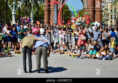 Les gens qui regardent un spectacle de deux hommes à Ciutadella Park pendant la Merce 2019 à Barcelone, Espagne