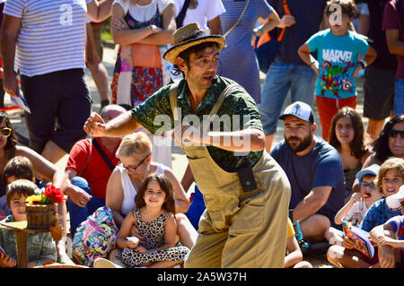 Les enfants de regarder un artiste de rue au Parc de la Ciutadella durant la Merce 2019 à Barcelone, Espagne