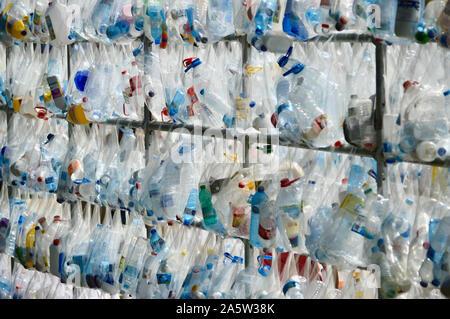 Une bouteille en plastique exposition artistique au Parc de la Ciutadella durant la Merce 2019 à Barcelone, Espagne