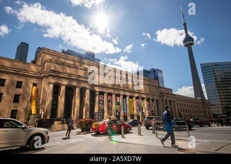 Tour CN derrière la station Toronto Union sur un bel après-midi ensoleillé de l'automne dans la capitale de l'Ontario.
