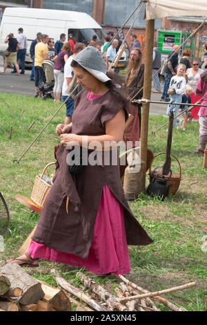 Doel, Belgique, le 11 août 2019, les femmes au Moyen Âge dans une tenue traditionnelle au cours d'un festival historique de Doel, en Belgique Banque D'Images