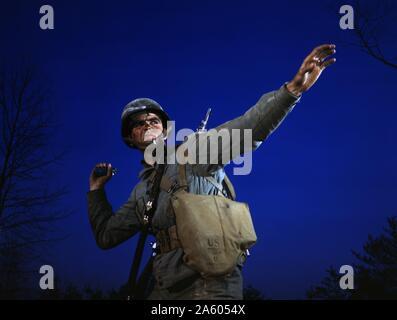 Un ananas - une grenade - est prête à quitter la main de fantassin en formation à Fort Belvoir, en Virginie. Banque D'Images