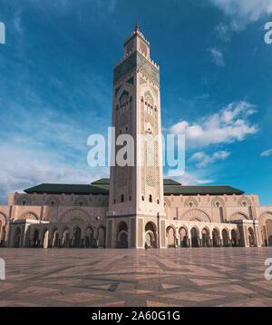 Low angle view of sky contre Mosquée Hassan II - Casablanca, Maroc Banque D'Images