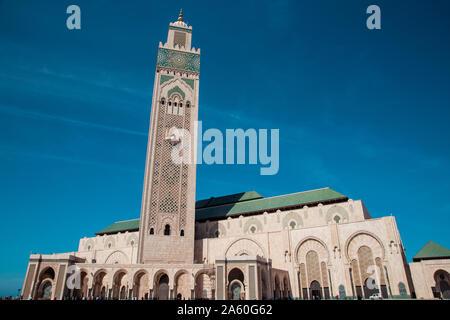 Casablanca, Maroc - 29 septembre 2019: low angle view of mosquée Hassan II dans le milieu de la journée Banque D'Images