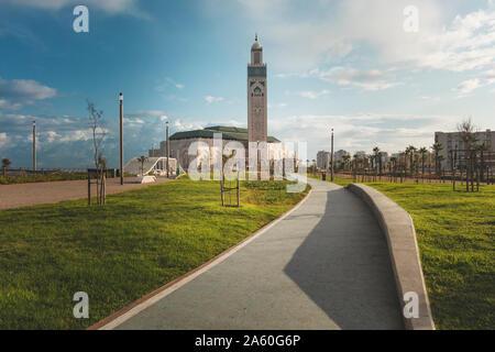 Avis de mosquée Hassan II à partir de la ruelle en un jour lumineux - Casablanca, Maroc Banque D'Images