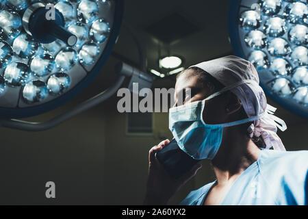 Infirmière au téléphone en salle d'opération Banque D'Images