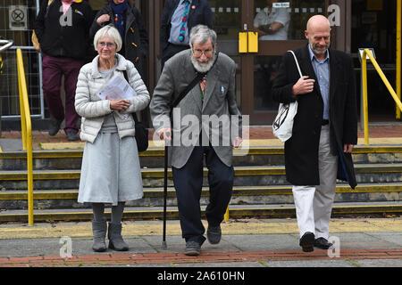 (De gauche à droite) l'extinction des militants rébellion Ursula Pethick, 83, John Alexander Lynes, 91, et John Halladay, 61, laisser Coquelles Magistrates Court dans le Kent, à la suite d'un blocage du port de Douvres, le mois dernier.