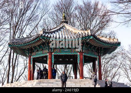 Un pavillon de toit tuile traditionnelle coréenne sur le sommet de la montagne Namsan dans le centre sud de Séoul, Corée du Sud. Banque D'Images