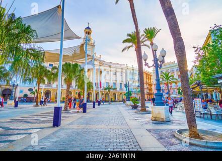 Cadix, Espagne - 19 septembre 2019: la grande région marche sur la Plaza de San Juan de Dios avec de nombreux restaurants en plein air et des auvents au-dessus de l'Europe centrale