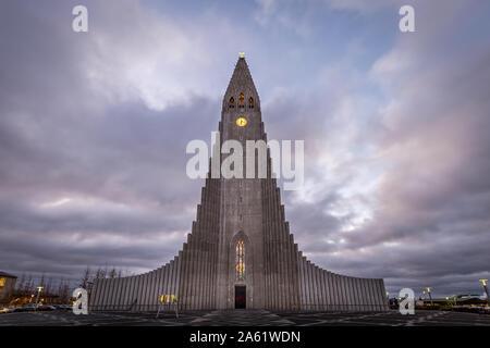 L'église en forme de montagne en Islande Banque D'Images