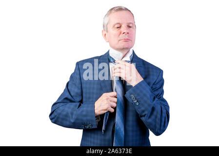 Un homme âgé se redresse, nœuds de cravate. Isolé sur un fond blanc. Banque D'Images