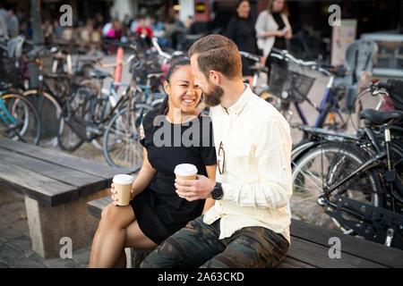 Couple Interracial sur banc extérieur Banque D'Images