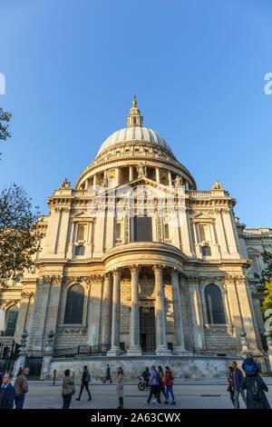 Vue depuis St Paul's Churchyard de la London monument historique, la Cathédrale St Paul et le Dôme conçu par Sir Christopher Wren sur une journée ensoleillée d'automne Banque D'Images
