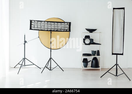 Accessoires studio photo flash photographe white room Banque D'Images