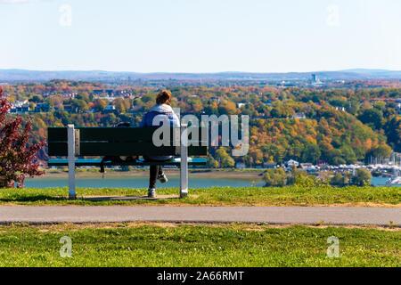La ville de Québec, CA - 5 octobre 2019 - Femme assise sur un banc à la ville de Lévis au Plaines d'Abraham