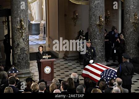 Washington, United States. 24 Oct, 2019. Le Président de la Chambre des représentants Nancy Pelosi, un démocrate de Californie, parle à côté du cercueil, recouvert du drapeau de la fin Maryland Elijah Cummings Représentant National Statuary Hall en pendant un service commémoratif au Capitole à Washington, DC, États-Unis, le Jeudi, Octobre 24, 2019. Cummings, une figure clé de l'enquête et destitution des démocrates une féroce critique du Président Donald Trump, est décédé à l'âge de 68 ans le 17 octobre en raison de complications de longue date concernant les problèmes de santé. Photo piscine par Al Drago/UPI UPI: Crédit/Alamy Live News Banque D'Images