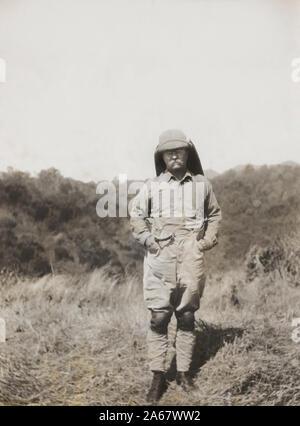 Un Portrait de l'ancien président américain Theodore Roosevelt dans paysage de savane tandis que sur l'Afrique de l'étendue de l'Afrique de l'Smithsonian-Roosevelt Safari, Expédition, Mars 1910 Banque D'Images