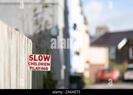Un lent - Enfants jouant signer dans une rue dans un quartier résidentiel, le voisinage