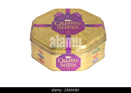 Une boîte de Quality Street Edition Noël 2019 isolé sur fond blanc Banque D'Images