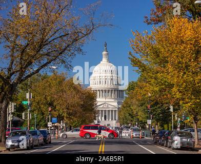 WASHINGTON, DC, USA - United States Capitol, voir d'East Capitol Street NW au cours de l'automne.