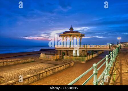 Le kiosque pendant le coucher du soleil sur le front de mer de Brighton, East Sussex, Grande Bretagne, Angleterre, RU, Fr. Banque D'Images