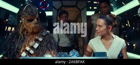Joonas Suotamo est Chewbacca, Oscar Isaac est Poe Dameron, Daisy Ridley est Rey et John Boyega est Finn dans STAR WARS: LA MONTÉE DE SKYWALKER (2019) Crédit photo: ILM et Lucasfilm Ltd./Les Archives de Hollywood