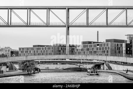 Belle vue en noir et blanc de le quartier du gouvernement de Berlin, Allemagne, avec une architecture et un bateau de croisière sur la Spree Banque D'Images