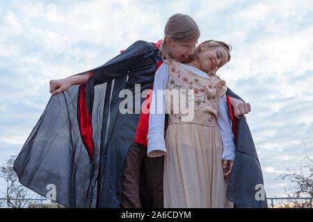 Deux jeunes filles jouent le comte Dracula. Banque D'Images