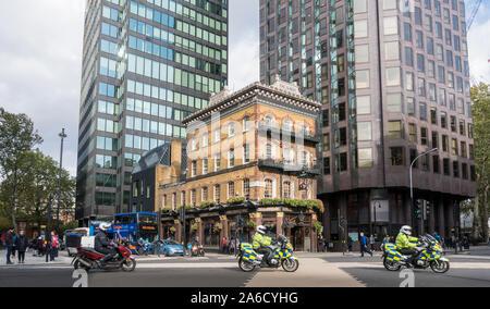 L'Albert public house avec la police en moto en passant par sur la route à Westminster, London, UK Banque D'Images