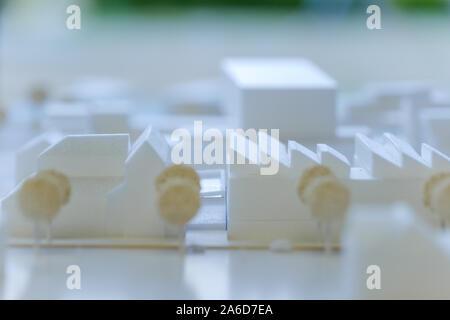 Close up et sélectionné l'accent sur le modèle architectural blanc sont faits avec de la mousse, et d'arrière-plan flou de bureau d'architecte atmosphère. Banque D'Images
