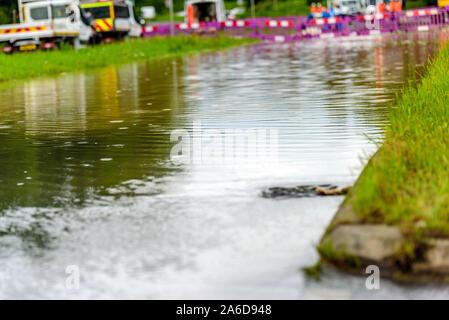 Route d'inondation en Angleterre bloqué pour l'urgence. Banque D'Images
