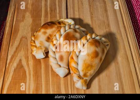 Table en bois avec des empanadas (gros plan détaillé; selective focus) Banque D'Images