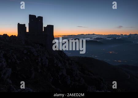 Silhouette de ruines du château médiéval de Rocca Calascio au lever du soleil, avec en arrière-plan du paysage de montagne brumeuse , Abruzzo, Italie Banque D'Images