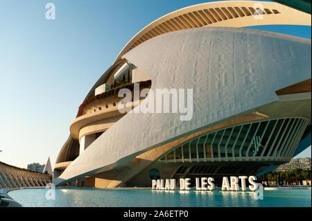 Vue de la ville des arts et des sciences de Palau de les Arts Reina Sofía avec piscine au coucher du soleil au coucher du soleil, à Valence, Espagne