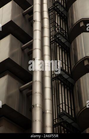 Les immeubles de bureaux, parfois contrastant avec les anciens bâtiments de style, s'élèvent dans le ciel gris d'automne sombre dans la Banque mondiale, dans la ville si Londres, Royaume-Uni Banque D'Images