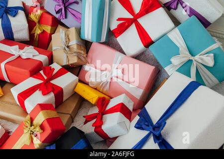 Beaucoup de cadeaux d'Anniversaire Noël arrière-plan coloré Banque D'Images