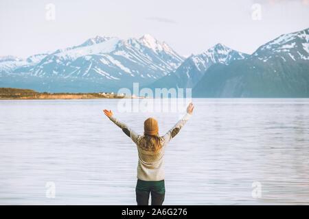 Femme voyageur appréciant les mains posées sur les montagnes vacances d'aventure voyage en Norvège de vie sain paysage des Alpes de Lyngen Banque D'Images