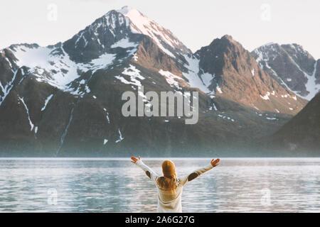 Femme voyageur appréciant les mains posées sur les montagnes des Alpes de Lyngen vacances d'aventure voyage en Norvège de vie sain Banque D'Images