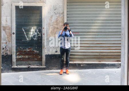 Jeune homme prend photo de son reflet dans un miroir