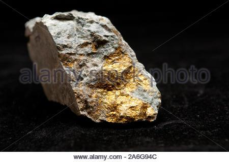 La chalcopyrite minéral de l'échantillon avec de l'or et du cuivre à la pyrite Banque D'Images