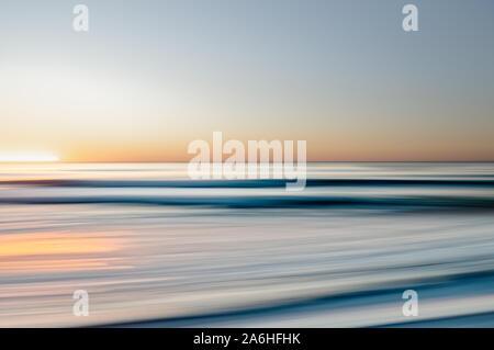 Coucher de soleil sur la mer. Résumé du paysage marin. Belles vagues de la mer bleue, et bien la réflexion. Résumé fond, l'art en ligne, effet de mouvement flou Banque D'Images