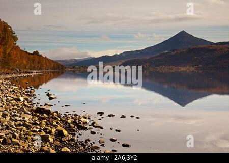 Station House mountain, un Munro, reflétée dans le Loch Rannoch, Perth et Kinross, Scotland, UK Banque D'Images