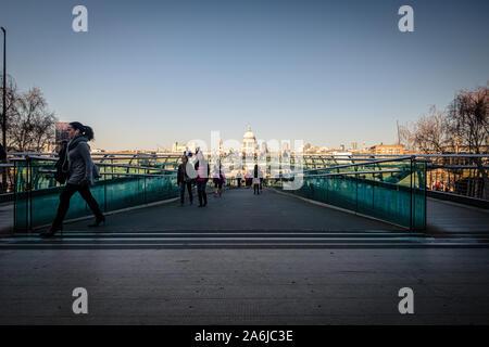 Londres, Royaume-Uni, le 26 février 2019: Les piétons marchent sur Millenium Bridge, la Cathédrale St Paul' s au-delà Banque D'Images