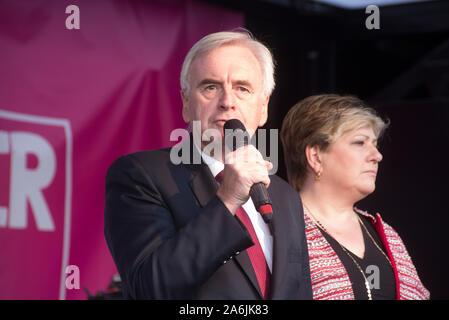 """Londres, Royaume-Uni - 19 octobre 2019 - John McDonnell MP parlant à la voix des peuples, rassemblement place du Parlement. Des centaines de milliers de personnes de la droite à travers le Royaume-Uni dans la manif et mobilisent pour soutenir """"donner aux gens un dernier mot sur Brexit"""". Organisée par les peuples voter campagne pour obtenir un référendum sur l'accord final Brexit avec une option de rester à l'intérieur de l'UE. À partir de Park Lane, a pris fin en mars la place du Parlement où il y avait des discours de militants de premier plan. Plus d'infos: www.autochtones-vote.ru et www.letusbeheard.uk - crédit Bruce Tanner"""