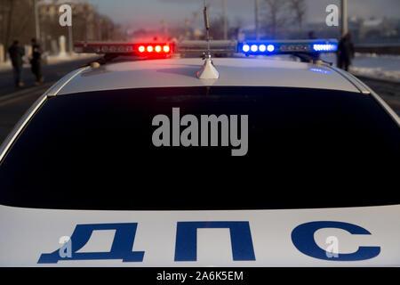 Le trafic d'une voiture de police lors d'une patrouille dans la région de Moscou, Russie Banque D'Images