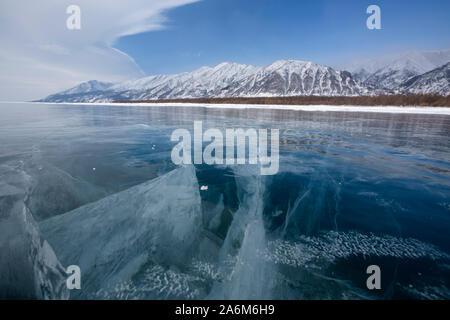 Voir de beaux dessins sur la glace des fissures et des bulles de gaz profond sur la surface du lac Baikal en hiver, Russie Banque D'Images