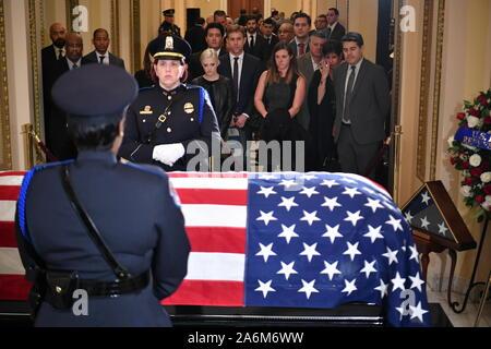 Le cercueil portant le reste de représentant des États-Unis Elijah Cummings (démocrate du Maryland) est considéré à l'Capitole à Washington, DC Le 24 octobre 2019. - Cummings est décédé le 17 octobre 2019. Credit: Mandel Ngan/Piscine via CNP/AdMedia Banque D'Images