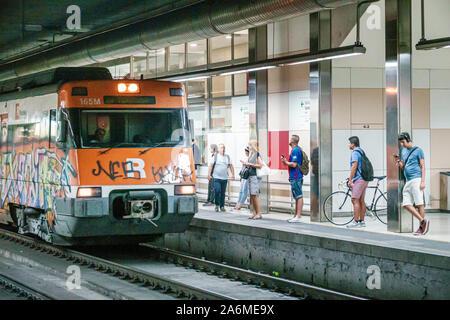 Barcelone Espagne,Catalogne Sants-Montjuic,Barcelone - Sants Gare, intérieur,voie,plate-forme,train,homme,femme,passagers navetteurs,ES19090500