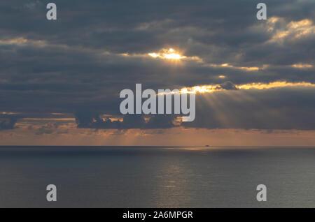 Magnifique coucher de soleil au large de la côte au Bedruthan Steps sur la côte nord des Cornouailles de Cornwall Banque D'Images